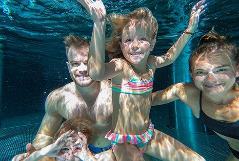 Unterwasserfoto Familie Erlebnistherme