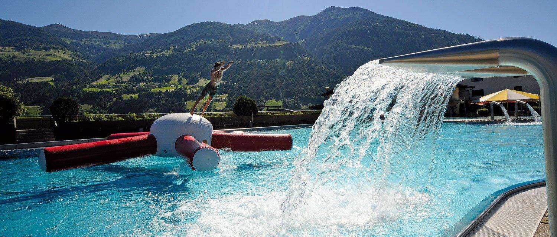 Freibad Fügen im Sommer Wasserfall Becken