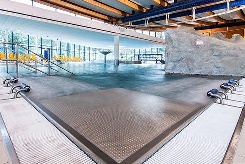 Massagebänke im Becken Erlebnistherme Zillertal