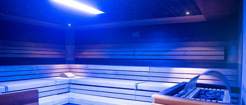 Black and White Sauna mit blauer Beleuchtung