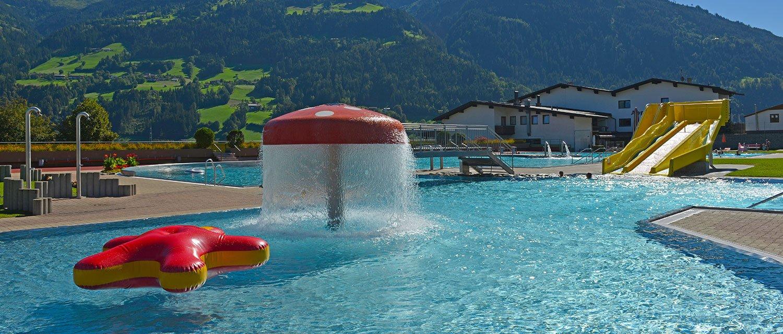 Freibad Fügen im Sommer mit Wasserpilz und Krake im Becken