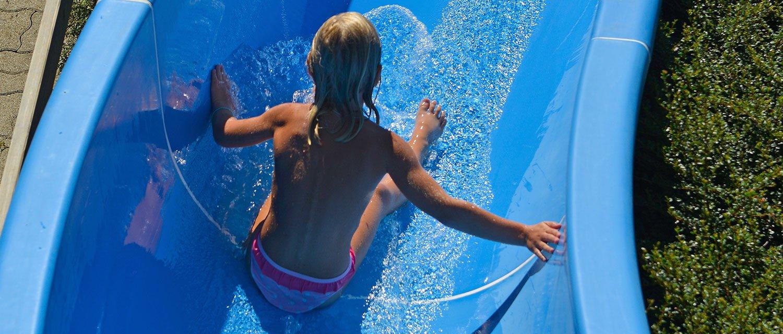 Freischwimmbad Fügen Kind beim Rutschen