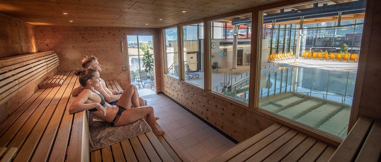 Zirben-Bio-Sauna mit Blick auf das Wellenbecken